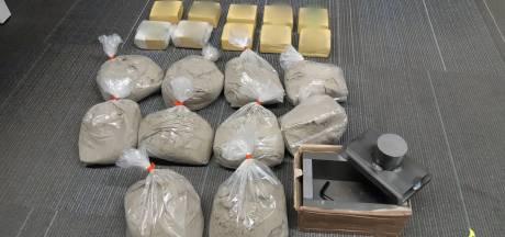 Zakken en blokken met vermoedelijk verdovende middelen aangetroffen in huurauto op A16 bij Breda