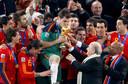 Iker Casillas kust de wereldbeker die Spanje verovert na een zege op Oranje in de WK-finale in Zuid-Afrika.