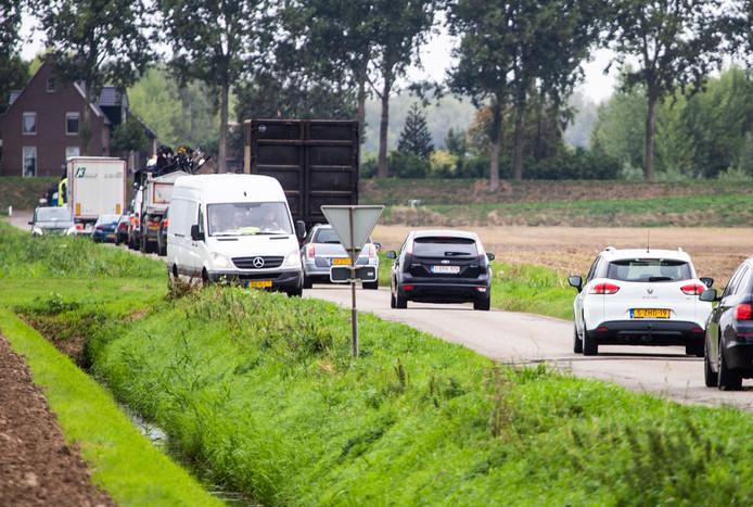 Kleinere wegen in de Hoeksche Waard krijgen meer verkeer te verstouwen dan waar ze op zijn berekend.