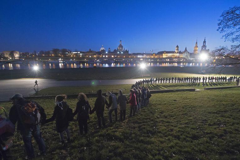 Duizenden mensen vormden een levende keten door de binnenstad, een traditie geboren in 2010 toen voor het eerst op die manier werd geprotesteerd tegen vreemdelingenhaat.