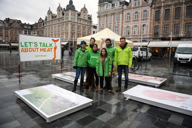 Greenpeace voert actie op het Martelarenplein met een vleesverpakking van wel twee meter.