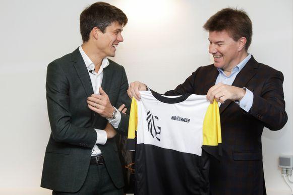 Brussels minister Sven Gatz kreeg van zijn opvolger een wielertruitje van de Vlaamse regering.