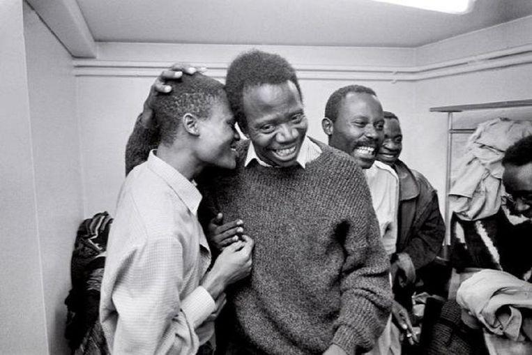Sony Labou Tansi tussen vrienden. De schrijver (overleden in 1995) publiceerde romans, maar schreef ook toneelwerk en poëzie. Beeld nb