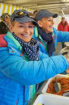 Emotioneel afscheid van 'notenzusjes' Anja en José na 43 jaar op Osse markt: 'Het lijkt wel een defilé'