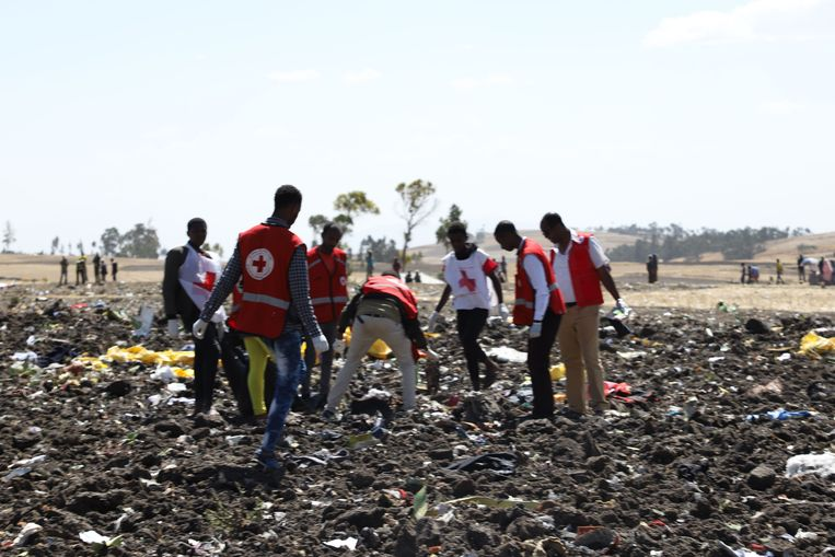 Reddingswerkers op de plek waar het toestel van Ethiopian Airlines is neergestort. Beeld AFP
