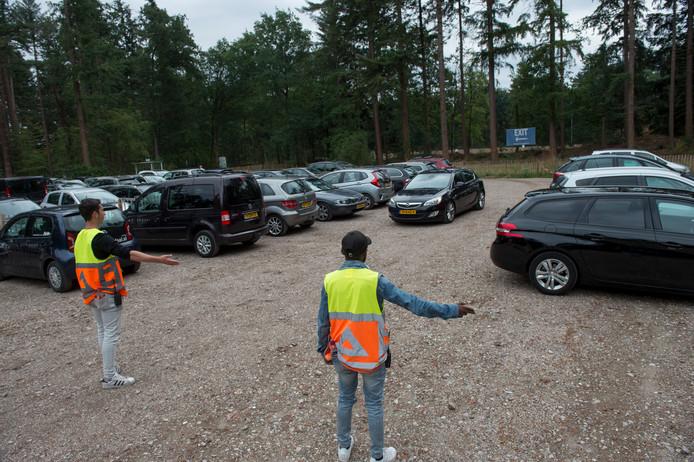 Bezoekers van Apenheul parkeren bij AGOVV.