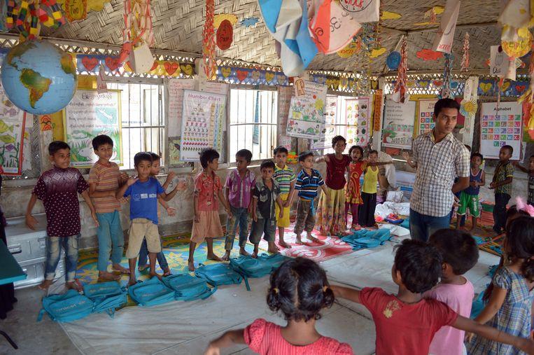 Leraar Nobi Hossen geeft les aan kinderen in het Projapoti leercentrum in een vluchtelingenkamp in Cox's Bazar, Bangladesh.  Beeld Ate Hoekstra