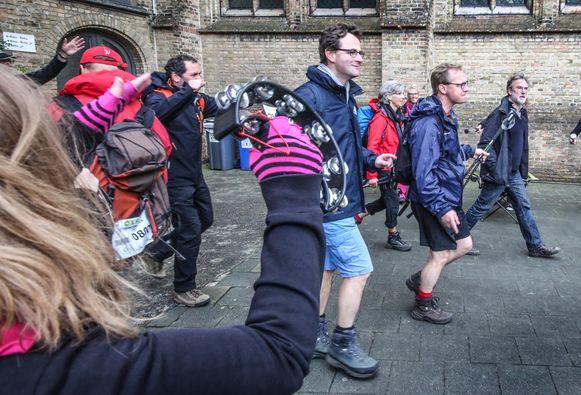De deelnemers van de Oxfam Peacewalker worden hartelijk onthaald op de controlepost in Ieper.