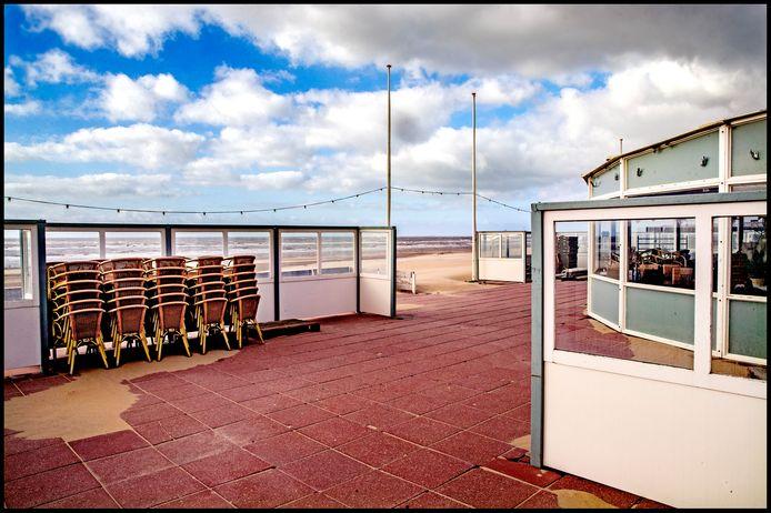 Rust op het strand van Zandvoort. Strandtenten liggen er leeg en verlaten bij dit weekend.