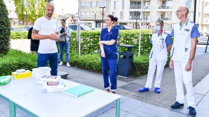 """IN BEELD. Tom Boonen schenkt tablets aan Heilig Hartziekenhuis in Mol: """"Zo zien patiënten eens iemand anders dan een verpleegster in een beschermend pak"""""""