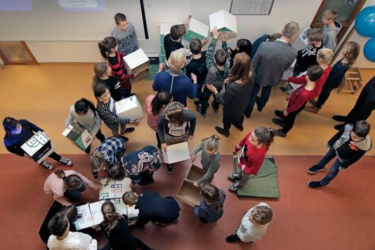Leerlingen van alle scholen die vallen onder SAAM puzzelen enkele jaren geleden samen een illustratie bijeen die toont hoe SAAM midden in de samenleving staat