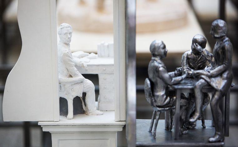Thorbecke in klassiek marmer. In roestvrij staal is een moderne vergadertafel opgetrokken met drie discussiërende mensen Beeld Freek van den Bergh