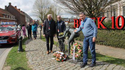 VIDEO. Dwars door Vlaanderen trekt door Kanegem als eerbetoon aan Briek Schotte. Koersdirectie legt bloemen neer aan standbeeld van flandrien