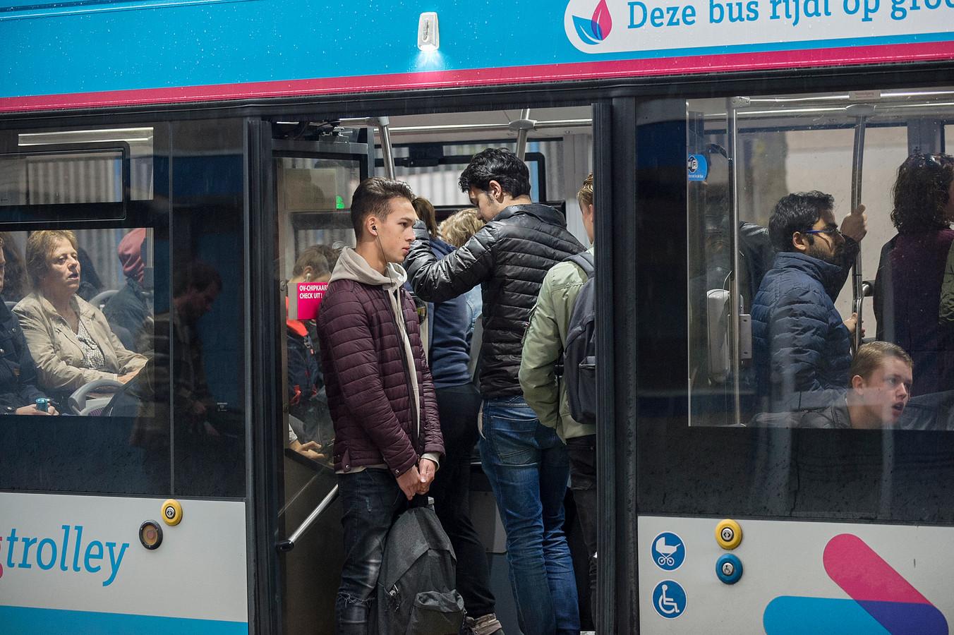 De spreiding van aanvangstijden door de Arnhemse onderwijsinstellingen moet overvolle bussen, zoals op deze archieffoto, voorkomen.