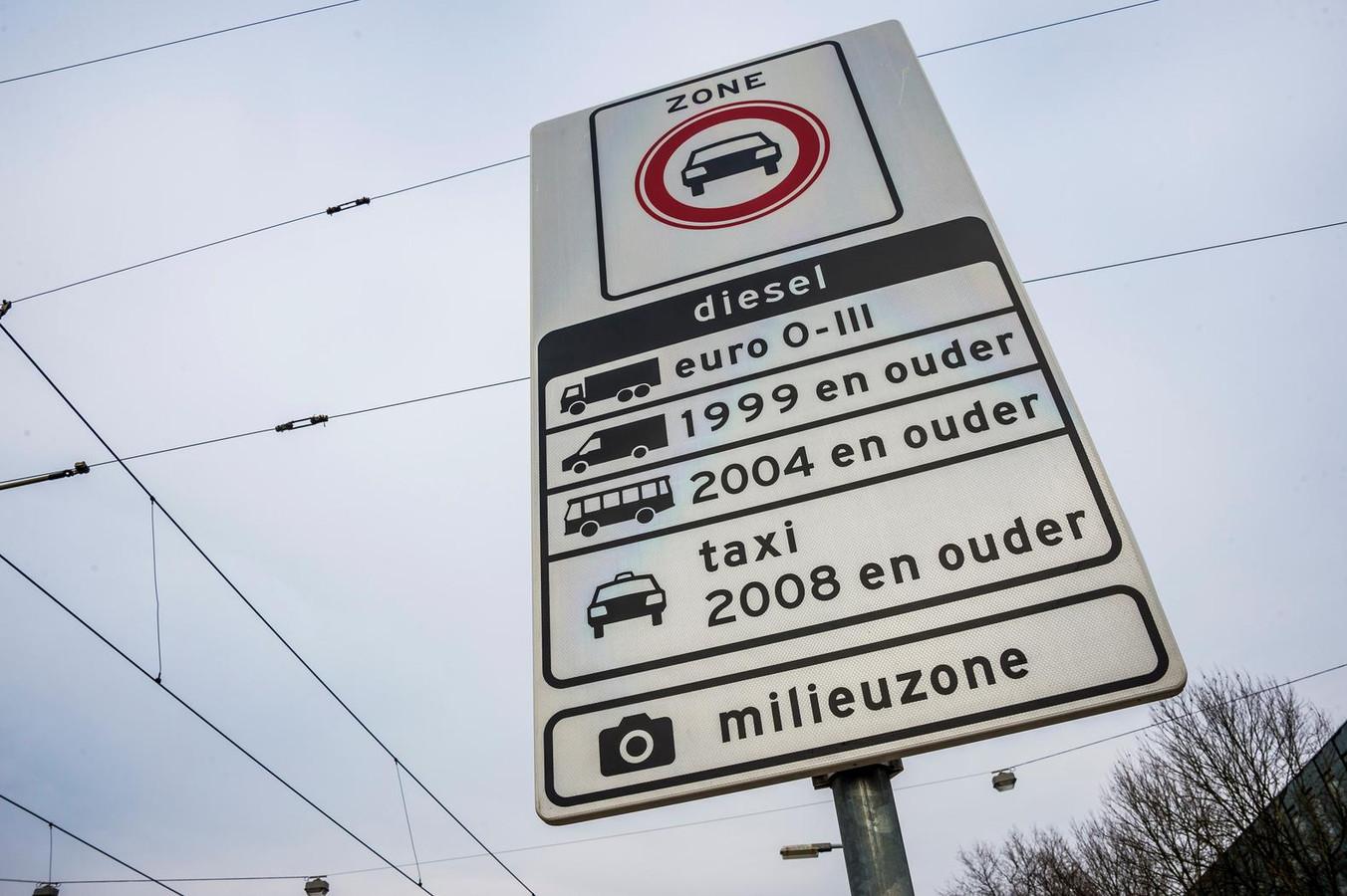 Een bord markeert de milieuzone in Amsterdam voor vrachtwagens, bestelvoertuigen, taxi's en touringcars.