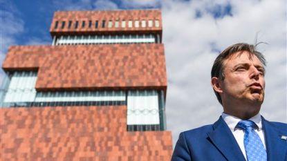 """Onze opinie: """"Je zou je toch afvragen wat Bart De Wever gisteren gesnoven of geslikt had? Burgemeester op speed leek het wel"""""""