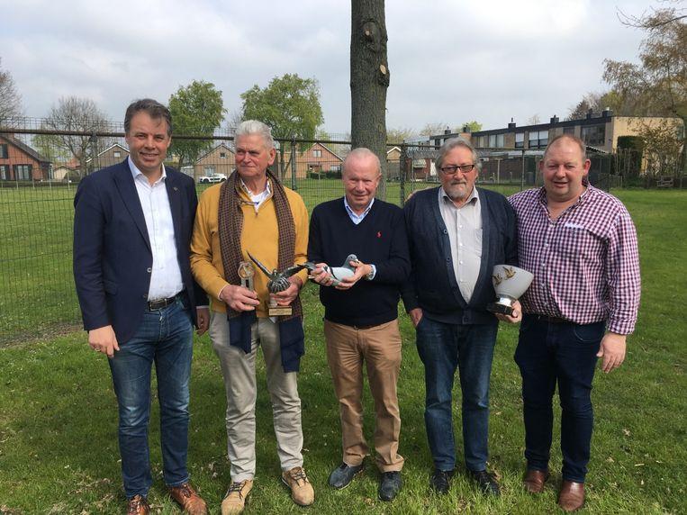 Burgemeester Jan Vermeulen (CD&V), Carlos Lannoo, Paul Gevaert met Malpertuus, René Vandevoorde en Twoine Verlinden.