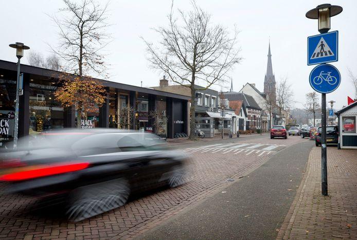 Snel rijdend verkeer in de dorpsstraat in Ulvenhout.