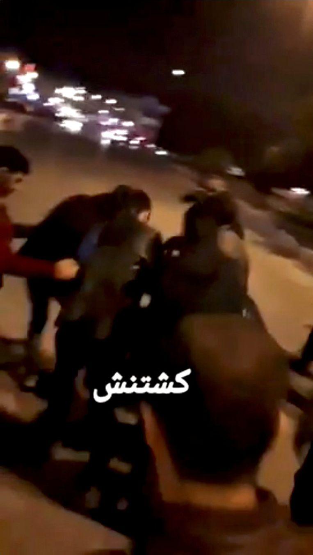 Een videobeeld waarop volgens Reuters te zien is hoe een gewonde man wordt weggedragen. Beeld reuters