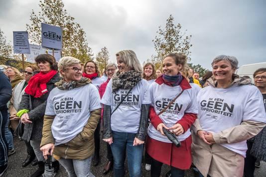 Stakende onderwijsgevenden van basisschool De Broekheurne in Enschede met 'Arjan Lubach t-shirt': 'Wij zijn geen toprioriteit', met één p te weinig.