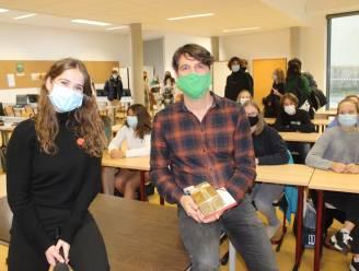 """Laura Tesoro verrast leerkracht Jeroen Van Haute: """"Coronawandeling met leerlingen die het moeilijk hebben"""""""