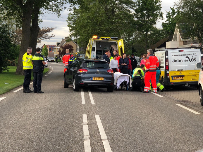 Een ambulance en een traumahelikopter zijn naar de plaats van het ongeval gekomen voor de zwaargewonde vrouw.