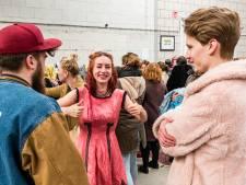 Tassen vol kleding scoren op eerste Vintage Kilo Sale in Amersfoort