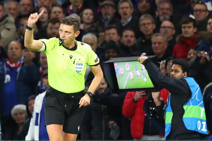 De Roemeense scheidsrechter Ovidiu Hategan keurt de 5-4 af bij Chelsea - Ajax na het bekijken van de beelden.