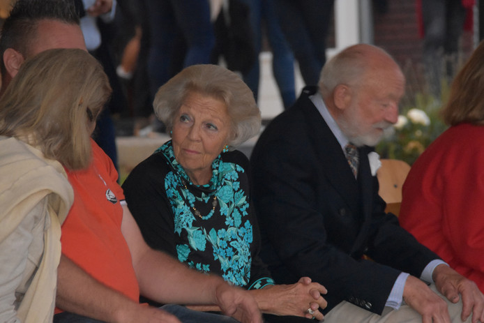 Prinses Beatrix is eregast in Belt-Schutsloot, ze zit naast organisator Gert Weijs (in oranje shirt) op de eretribune.