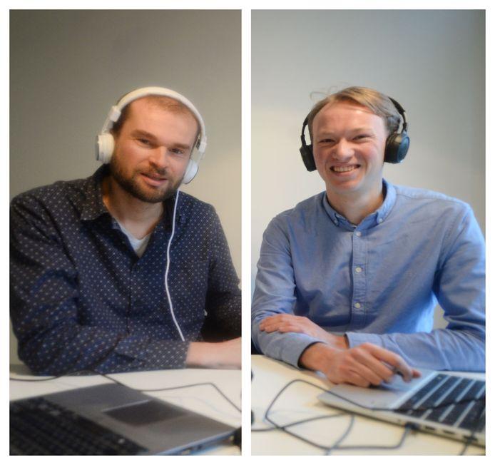 Tom Morssink (links) en Willem-Jan Velderman gaan in hun podcast Het Keukentafelgesprek op zoek naar de mens achter de Twentse burgemeester of wethouder.