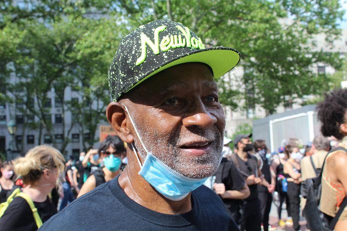 Lorenzo Pace, schrijver van kinderboeken over de geschiedenis van zwarte Amerikanen, tijdens het protest in New York.