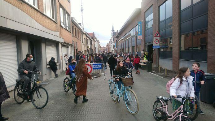 De Richard Van Britsomstraat, die bij het schoolbegin en -einde ook een 'schoolstraat' is.