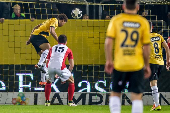 Cyriel Dessers kopt NAC op voorsprong in het duel met FC Emmen