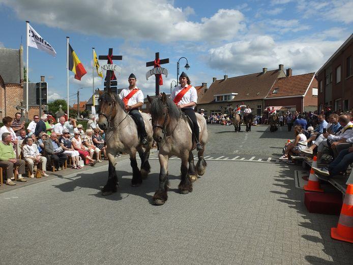 Zeventien trekpaarden vertegenwoordigden de zeventien deelgemeenten van de fusiestad.