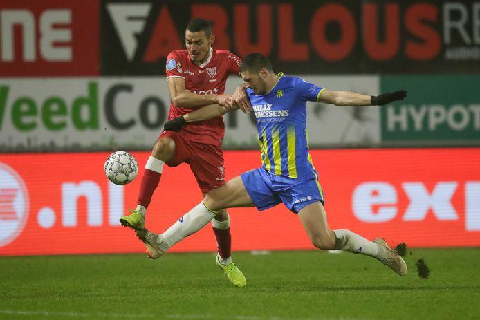De van Vitesse gehuurde Oussama Darfalou (links) scoorde vorig seizoen in de slotfase het winnende doelpunt voor VVV.  Zijn bewaker Stefan Velkov (rechts) was gehuurd van FC Den Bosch en komt nu uit voor KFC Uerdingen. Darfalou maakt nu doelpunten voor Vitesse.