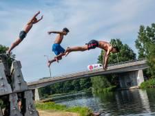 Eindeloos bommetjes en salto's in het Wilhelminakanaal met stapel betonblokken als duikplank