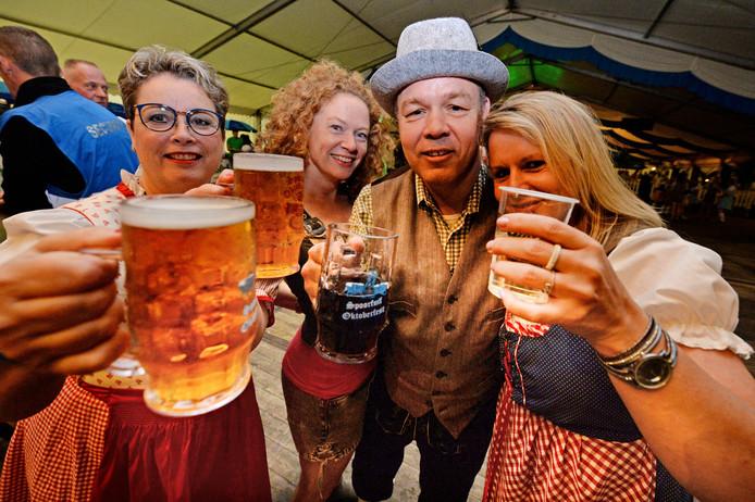 Bezoekers komen in vol ornaat naar het Oktoberfest in Geerdijk om te proosten met elkaar en lekker te feesten op Tiroler muziek en piratennummers.