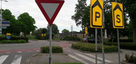 Zwik aan gele bordjes wijst weg in Zaltbommel