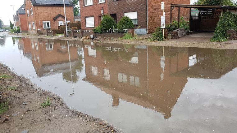 Een straat in Kuringen (Hasselt) is onder water gelopen.
