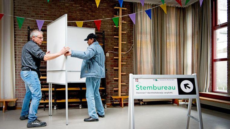 Een dag voor het Oekraïnereferendum wordt in de Rotterdamse wijk Feijenoord een stemlokaal ingericht. Beeld anp