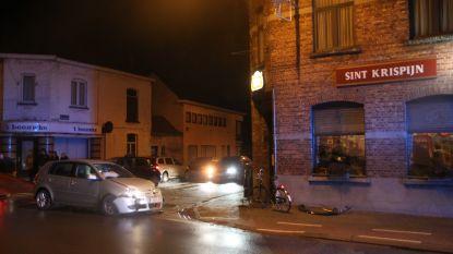 Jongeman knalt met auto tegen voordeur café