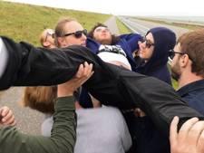 Rockband crowdsurft op Afsluitdijk richting wereldrecord