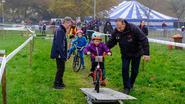 Jonge cyclocrossertjes rijden parcours Parkcross Boortmeerbeek in
