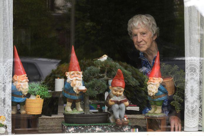 Conny Harteveld met haar kabouters.