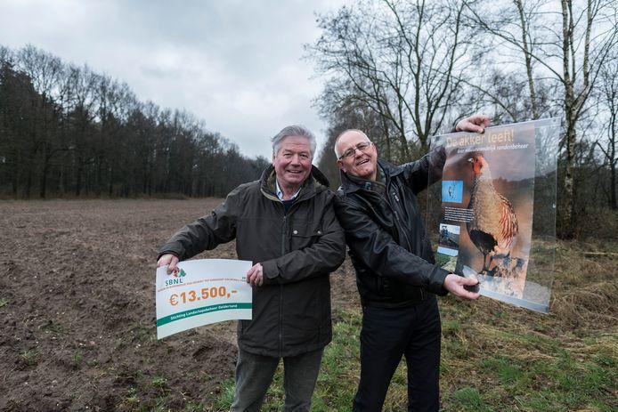 Organisatoren André Hendriksen en Theo Kaal uit Beek over patrijzenproject  Foto : Jan Ruland van den Brink