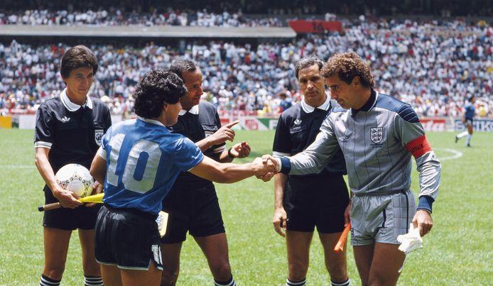 Diego Maradona en Peter Shilton voor de kwartfinale van het WK 1986 in Mexico, een van de meest besproken duels aller tijden.