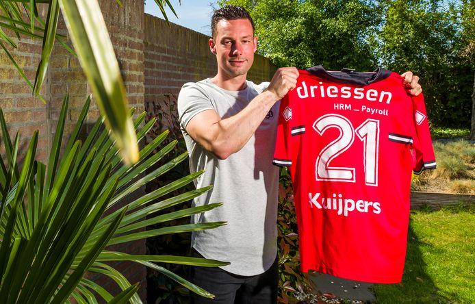 Trots toont Ayden Kuijpers zijn Helmond Sport-shirt. Een herinnering aan 'zijn' sport.