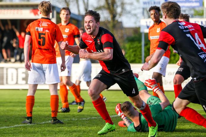 Joris Janssen juicht na de 2-0 voor De Treffers tegen Katwijk.