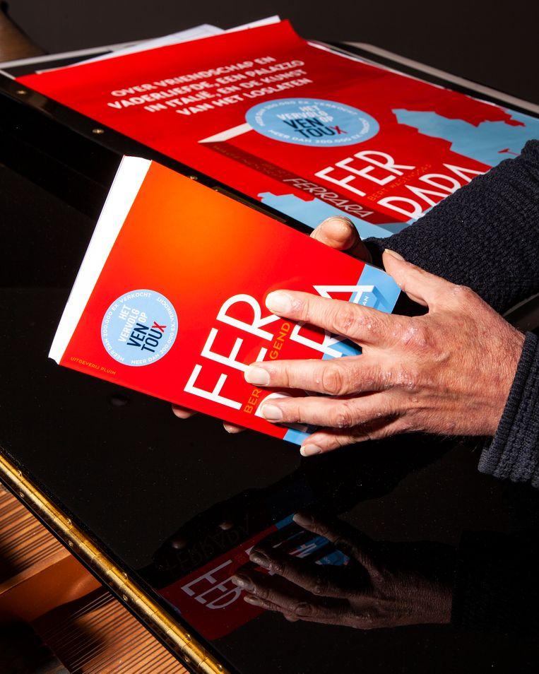 Bert Wagendorp met zijn nieuwe boek. Beeld Hilde Harshagen