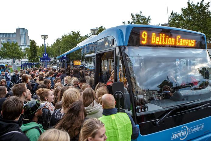 Dringen voor een plekje in de bus naar het Deltion College.